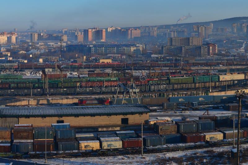 RailwChita, Россия - 6-ое февраля 2018: товарные составы на русском железнодорожном вокзале, железнодорожной станции товаров в ру стоковые фотографии rf