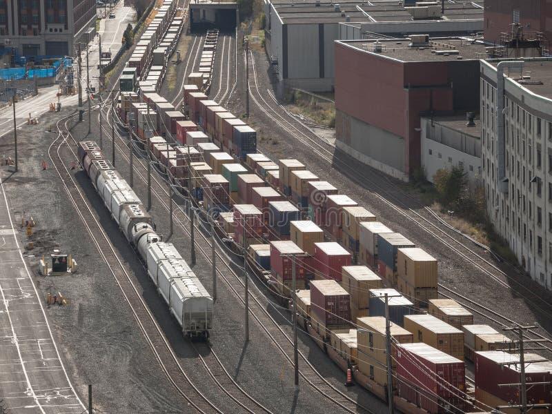 Railyard mit den Containerzügen und Lastwagen, die im Industriehafen von Montreal in Quebec stehen, stockbilder