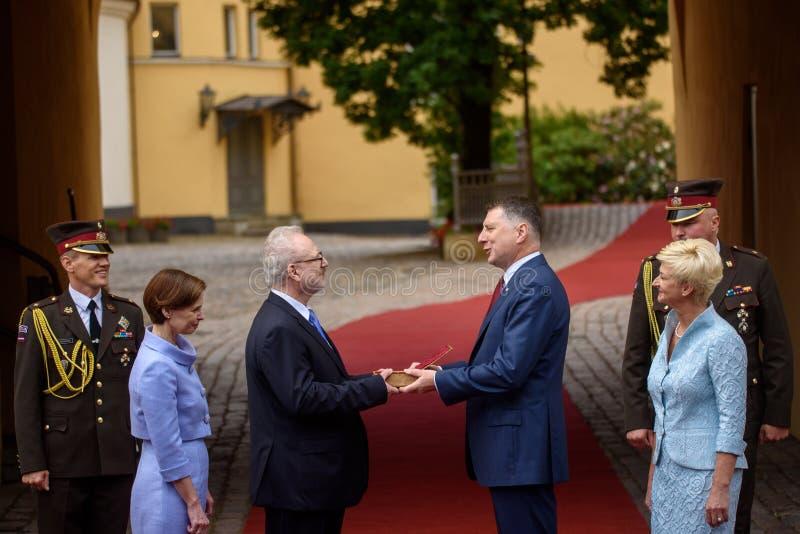 Raimonds Vejonis R que dá a passagem simbólica das chaves do castelo de Riga a Egils Levits L elegeu recentemente Presid foto de stock royalty free