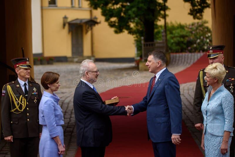 Raimonds Vejonis R que dá a passagem simbólica das chaves do castelo de Riga a Egils Levits L elegeu recentemente Presid imagem de stock royalty free