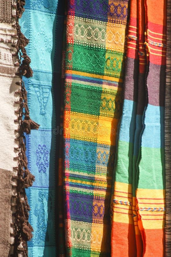 Rainbow Artisan Tapestries em exposição no México fotografia de stock
