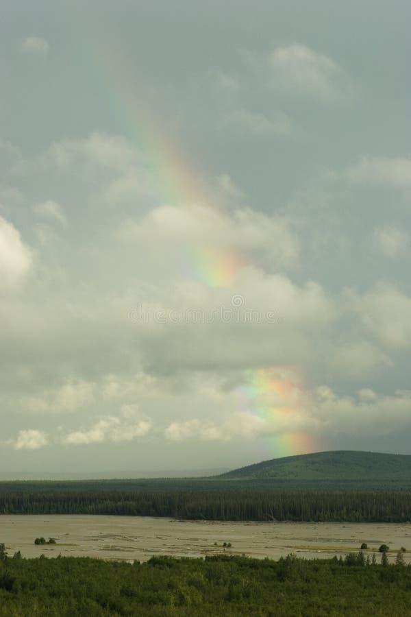 Rainbow attraverso le nubi immagini stock libere da diritti