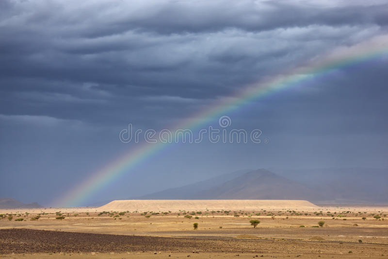 Rainbow nel deserto del Sahara. fotografia stock