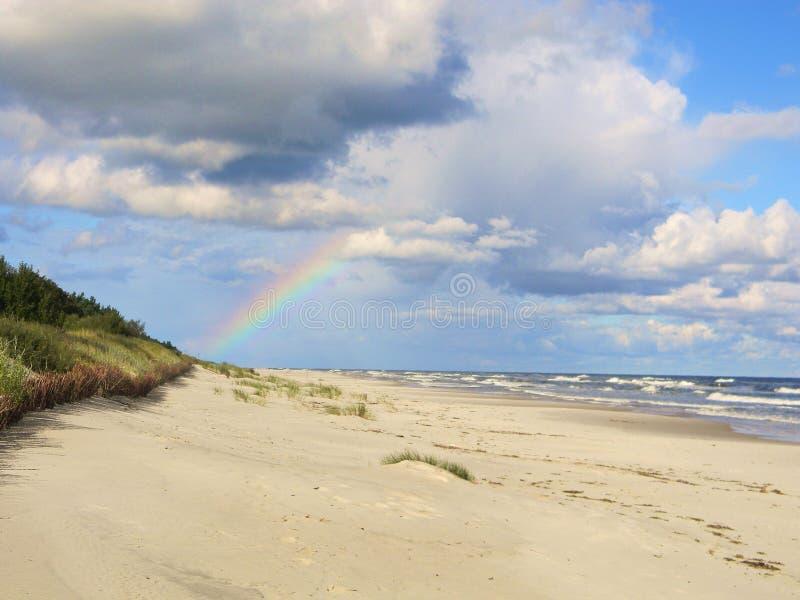 Rainbow sopra il mare immagine stock