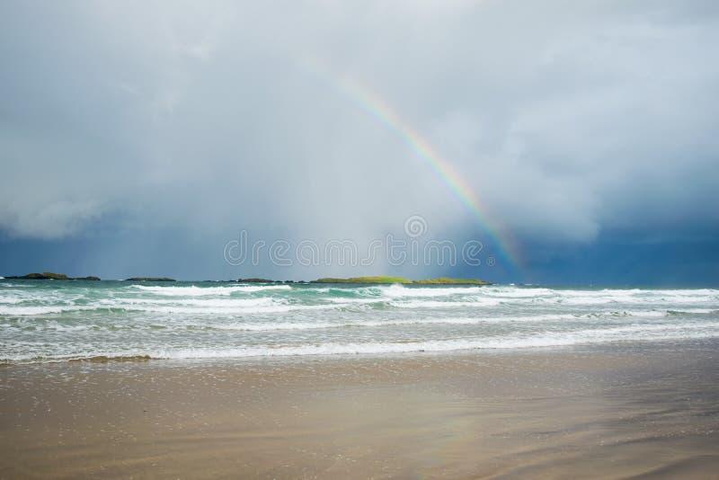 Rainbow sopra l'oceano fotografie stock