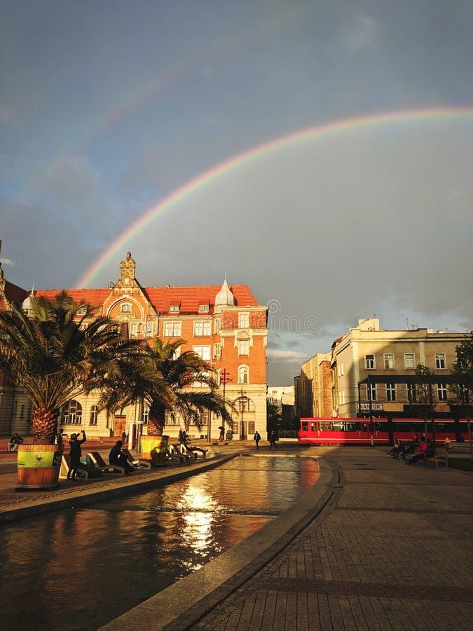 Rainbow sopra la citt? immagini stock libere da diritti
