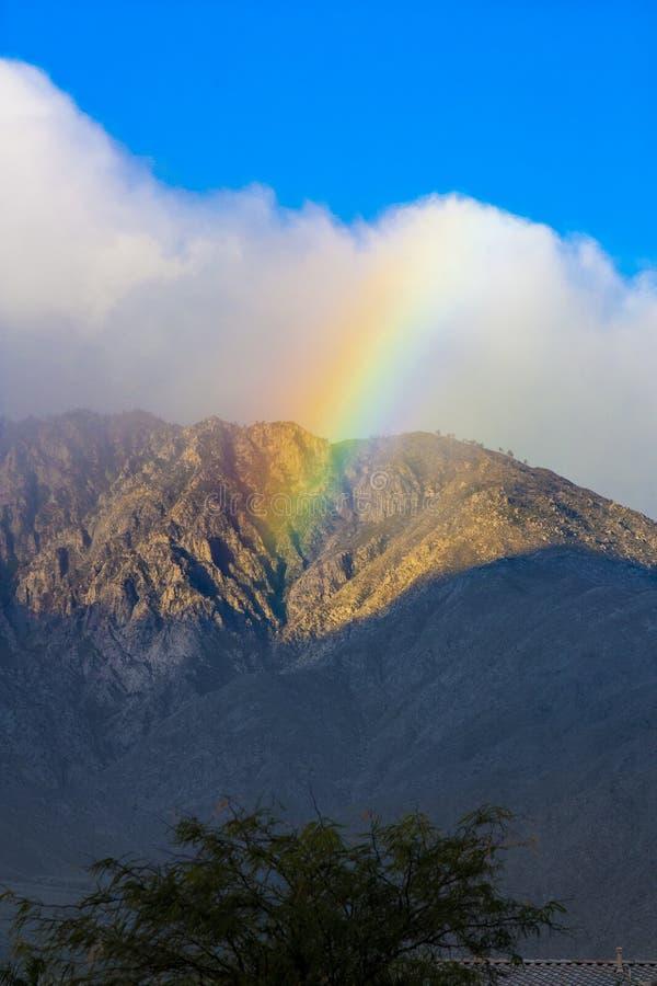 Rainbow sopra la montagna del San Jacinto immagine stock