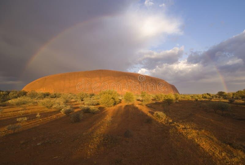 Rainbow sopra la roccia di Ayers fotografie stock libere da diritti