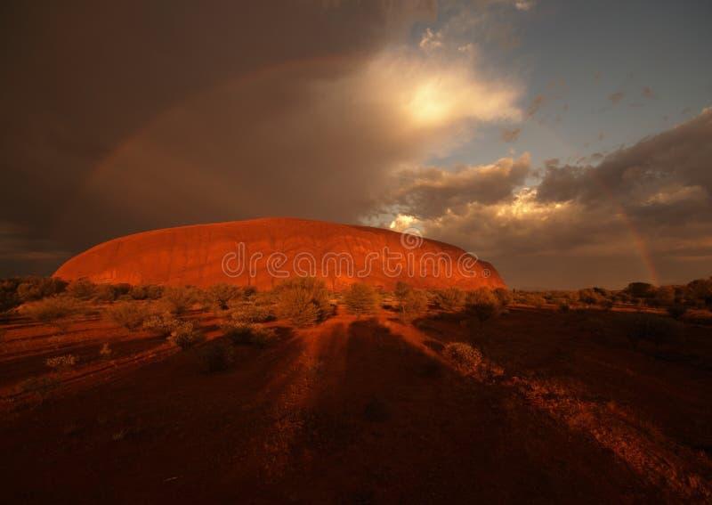 Rainbow sopra la roccia di Ayers fotografia stock