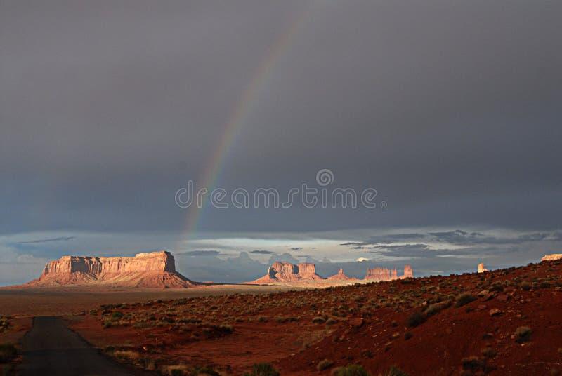 Rainbow sulla valle del monumento immagine stock