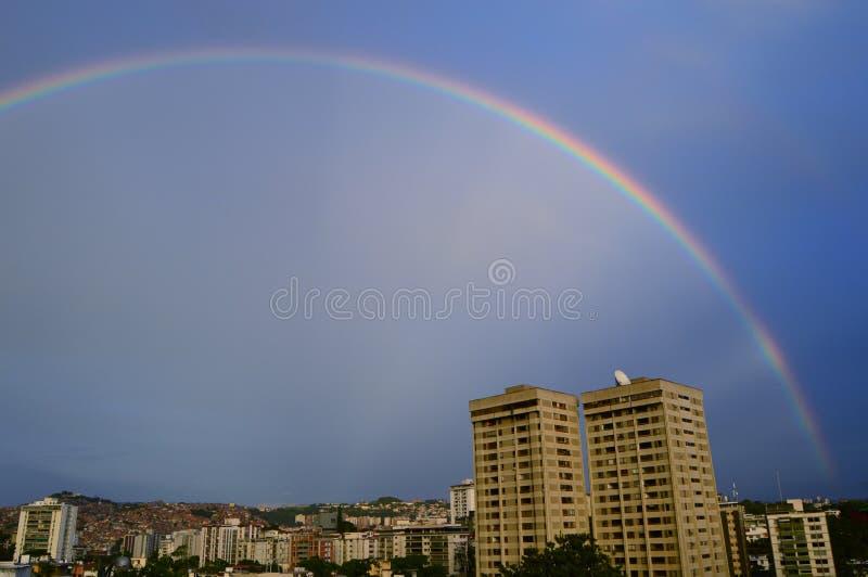 Rainbownin die Stadt stockbilder