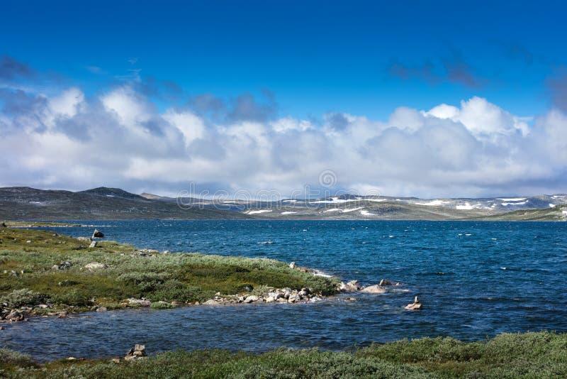 rainclouds sobre paisaje Montañas de Hardangervidda en Noruega imagen de archivo