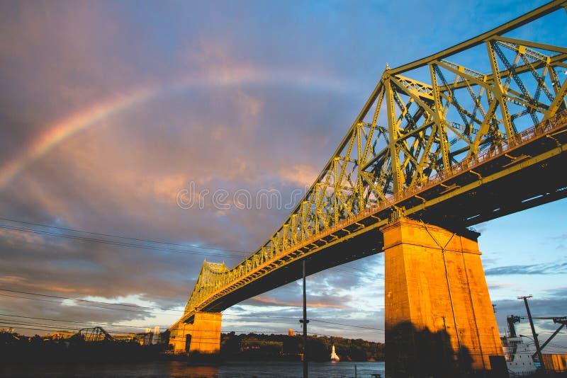 Raindow over brug royalty-vrije stock afbeeldingen