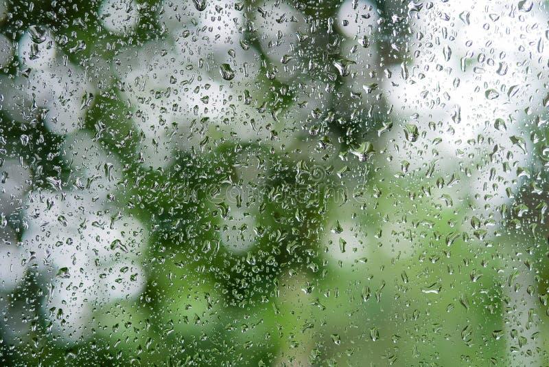Raindrop na szklanego okno zakończenia up use jako tło w porze deszczowa zdjęcia stock