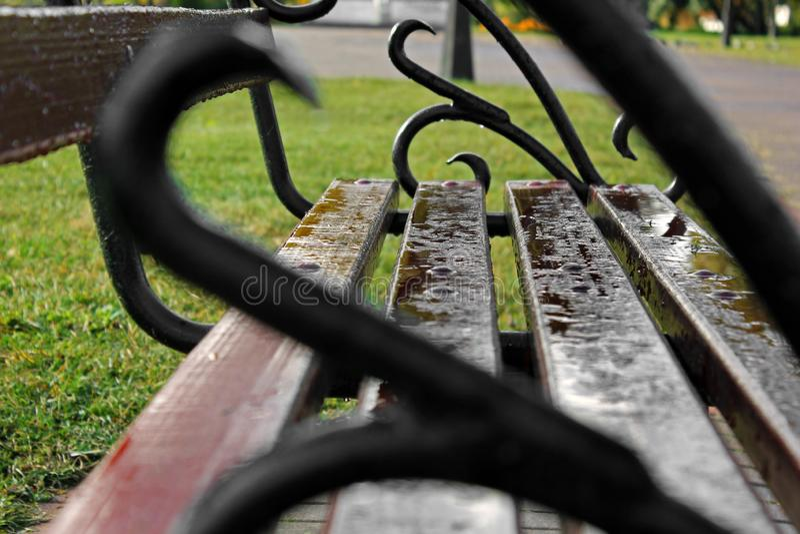 Raindrops na ławce iron kanap marzenie zdjęcia stock