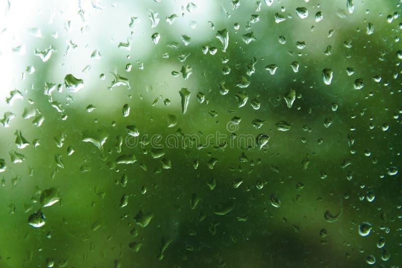 Raindrops na nadokiennej tafli z zamazanym tłem obraz stock