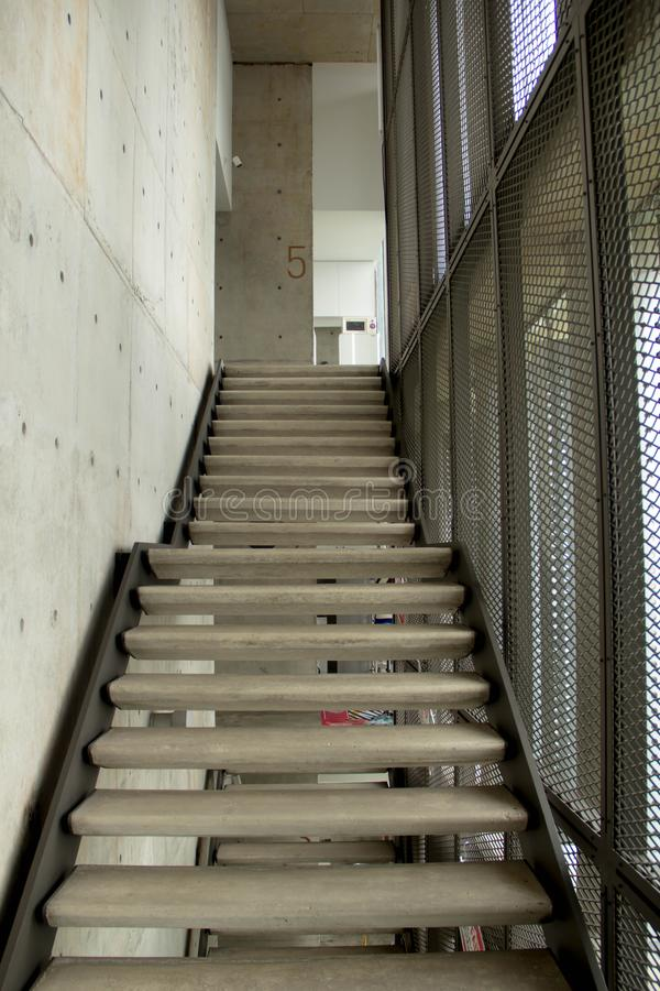 Rainforce betonu schodek na nowożytnym budynku obraz royalty free