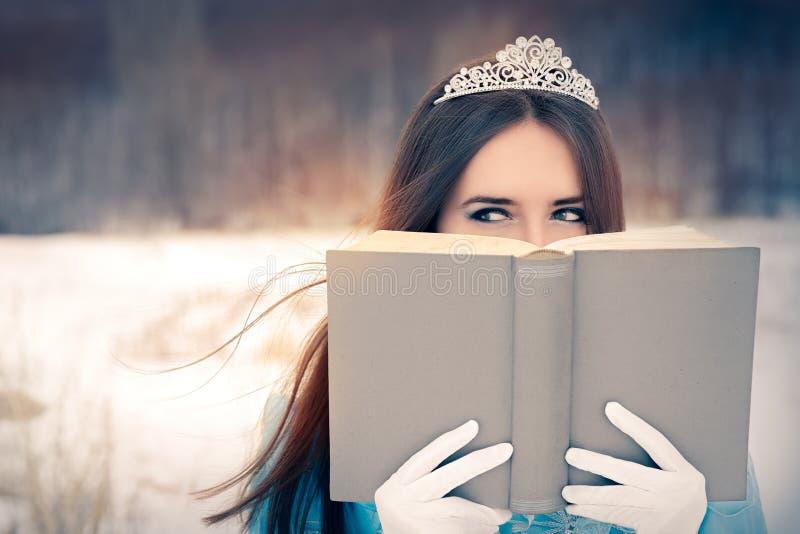 Rainha bonita da neve que lê um livro imagem de stock royalty free