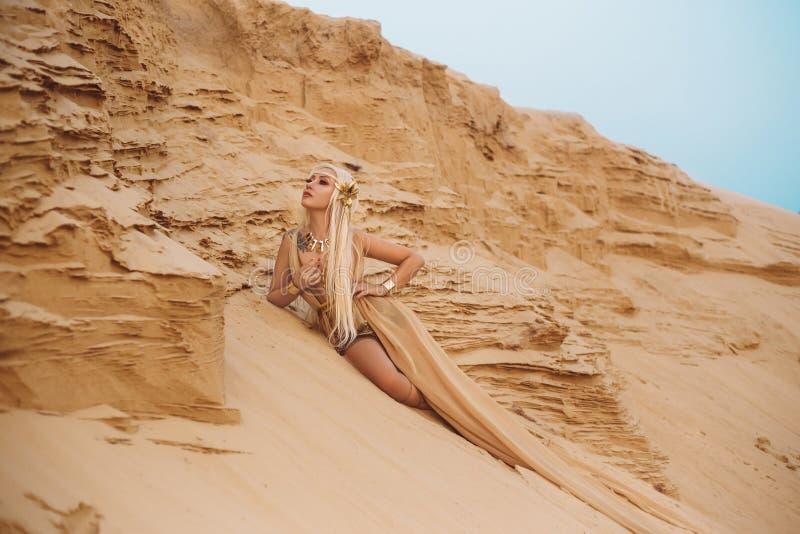 Rainha bonita do deserto em um vestido luxuoso do ouro foto de stock royalty free