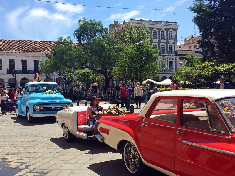 Rainha da beleza e carro do vintage na parada em Cuenca, Equador fotografia de stock royalty free