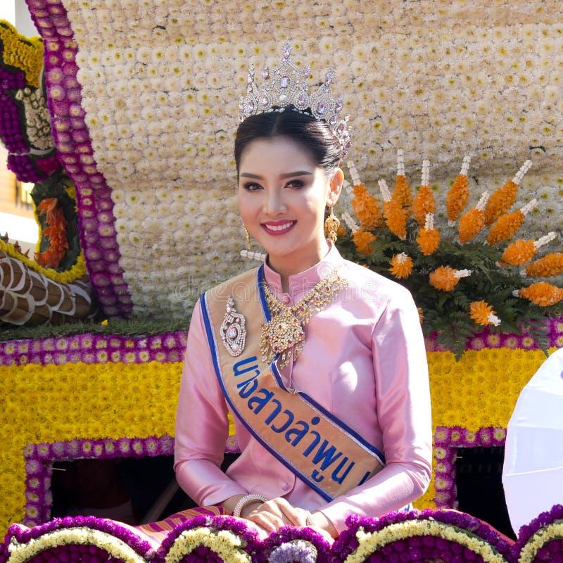 A rainha da beleza no vestido tradicional senta-se em um flutuador foto de stock royalty free