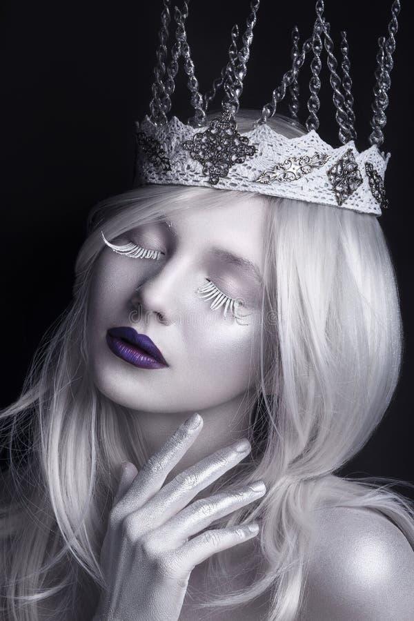 Rainha da neve, retrato criativo do close up Jovem mulher na imagem criativa com composição artística de prata Retrato do inverno imagem de stock