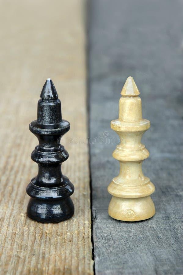 A rainha da xadrez figura em um fundo de madeira do contraste foto de stock royalty free