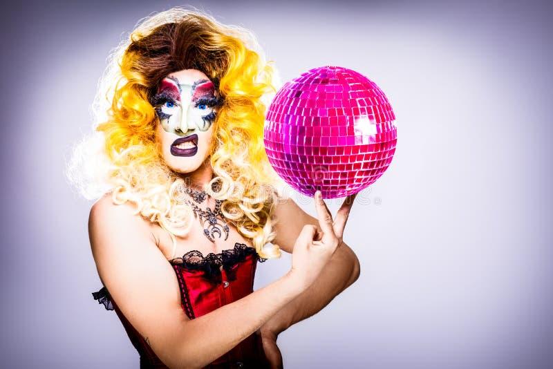 Rainha de arrasto glamoroso com bola do disco imagens de stock royalty free