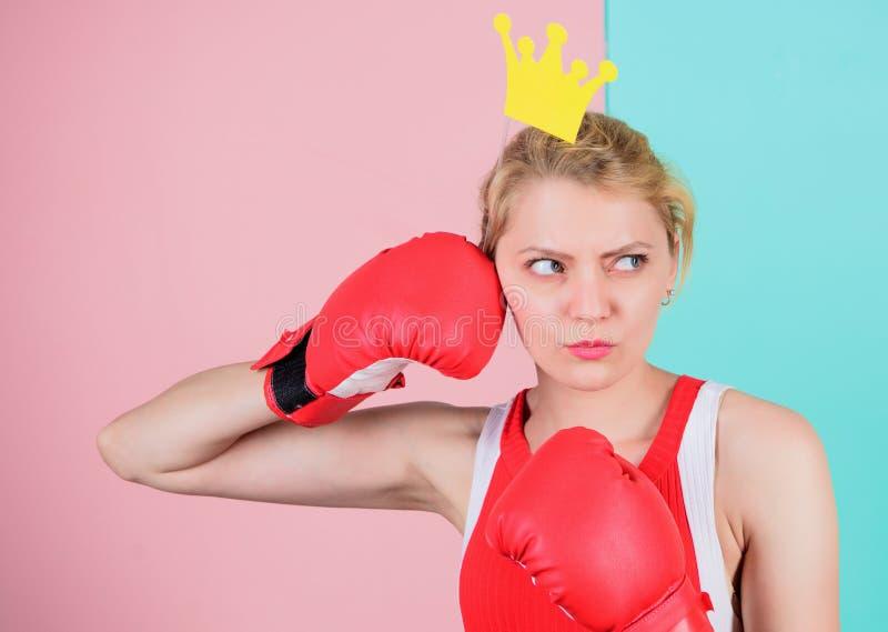 Rainha de combate Símbolo da luva e da coroa de encaixotamento da mulher da princesa Rainha do esporte Torne-se o melhor no espor foto de stock