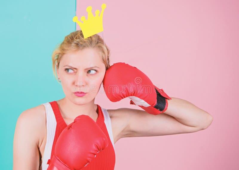 Rainha de combate S?mbolo da luva e da coroa de encaixotamento da mulher da princesa Rainha do esporte Torne-se o melhor no espor fotografia de stock