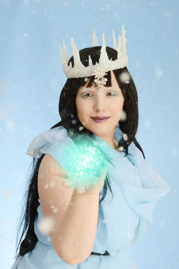 Rainha do gelo com a bola da energia imagem de stock