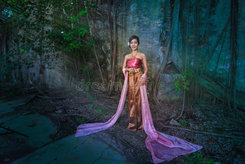 Download Rainha do Naga foto de stock. Imagem de dança, verde - 80101940