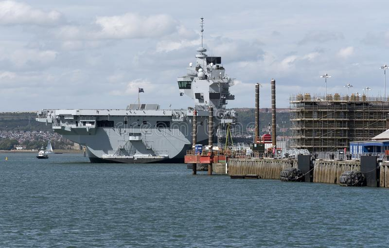 A rainha Elizabeth do HMS do porta-aviões em Portsmouth entra o Reino Unido fotos de stock royalty free