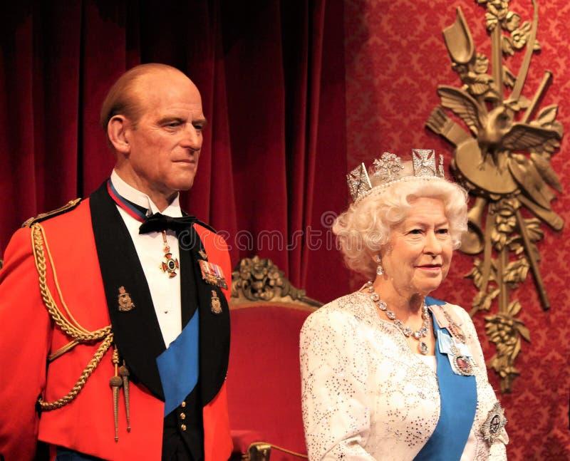 Rainha Elizabeth, Londres, Reino Unido - 20 de março de 2017: Rainha Elizabeth ii & de retrato do príncipe Philip figura no museu foto de stock