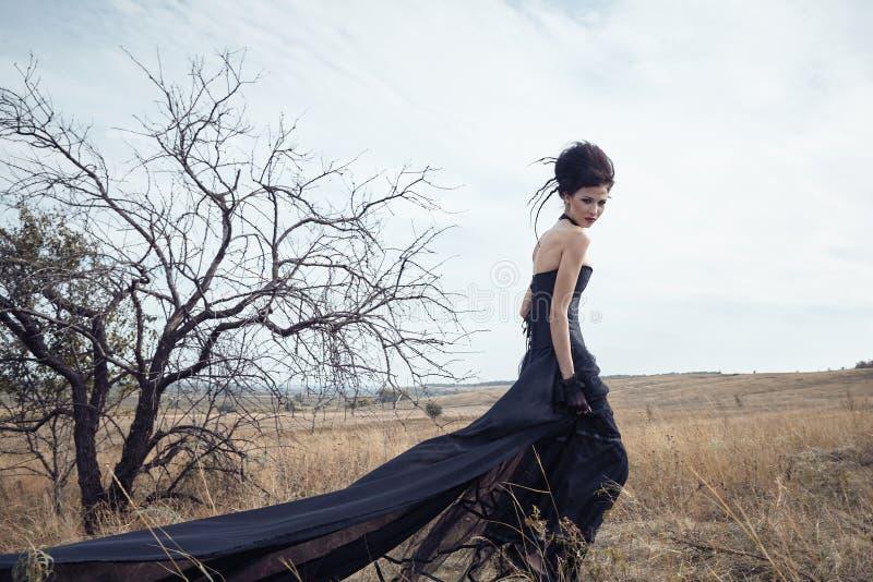 Rainha escura no parque Vestido do preto da fantasia fotografia de stock
