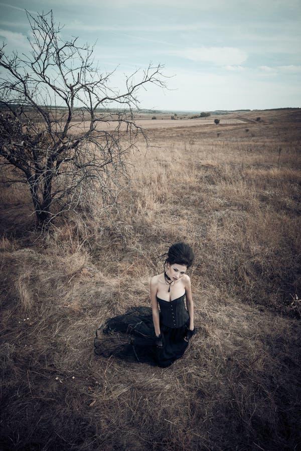 Rainha escura no parque Vestido do preto da fantasia imagens de stock