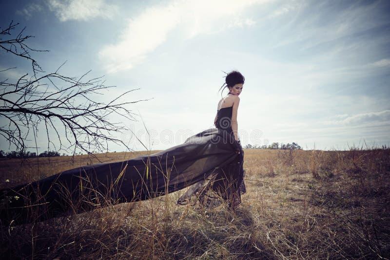Rainha escura no parque Vestido do preto da fantasia imagem de stock royalty free