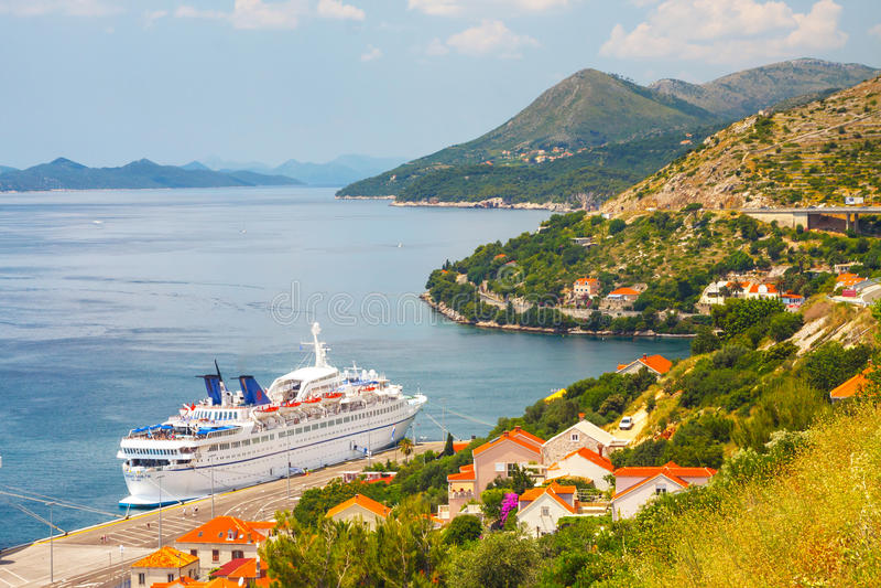 Rainha grande de Oriente do navio de cruzamento na cidade croata Dubrovnik fotos de stock royalty free