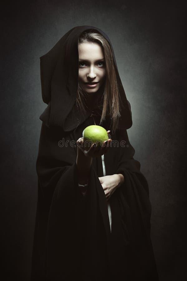 Rainha má que oferece uma maçã venenosa fotografia de stock royalty free