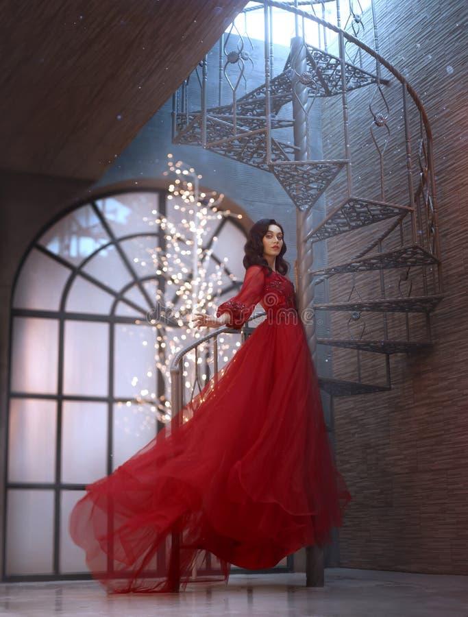 A rainha misteriosa da noite em um vestido, em um voo e em uma ondulação surpreendentes luxuosos deliciosos, menina moreno escala fotografia de stock