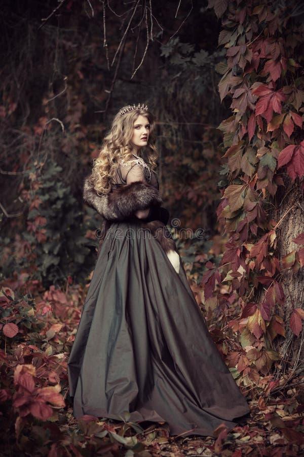 Rainha nas peles na floresta do outono imagem de stock royalty free