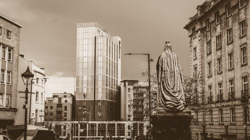 Rainha Victoria Monument que olha para o hotel de Radisson fotos de stock royalty free