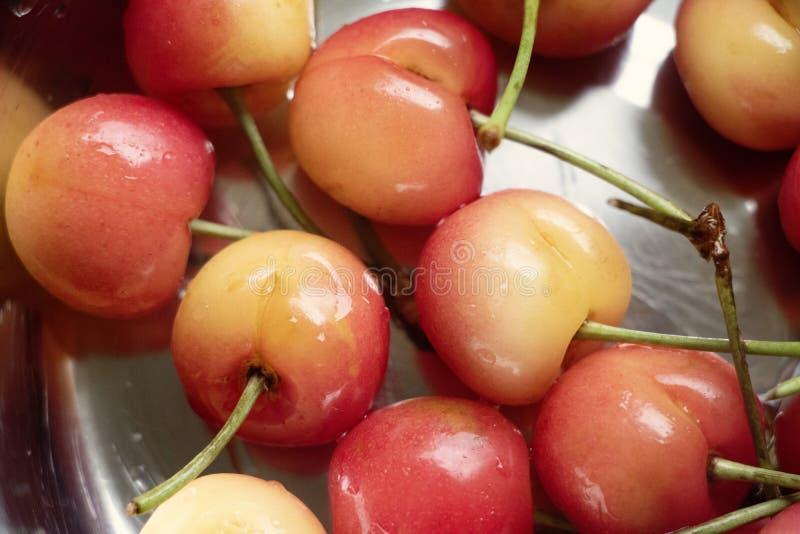 Rainier Cherries in una ciotola d'argento fotografie stock