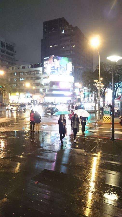 Rainning夜街道 免版税图库摄影