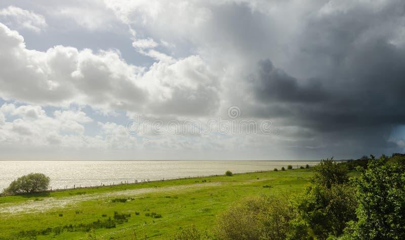 Rainshower de approche au printemps, la Frise, le N images stock