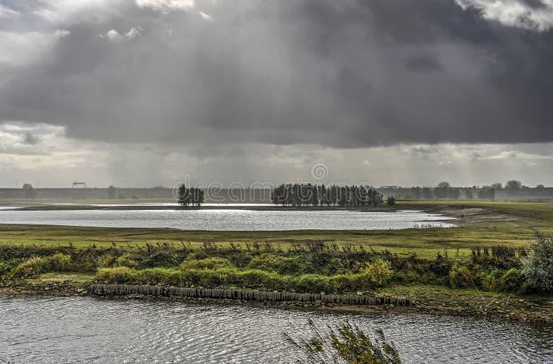 Rainshower sobre as zona sujeitas a inundações foto de stock