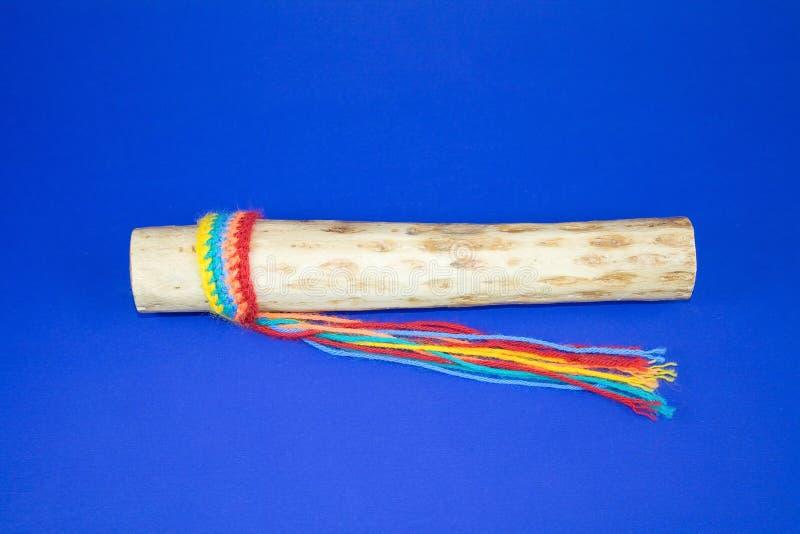 Rainstick Instrument mit hellen Zeichenketten. lizenzfreies stockfoto