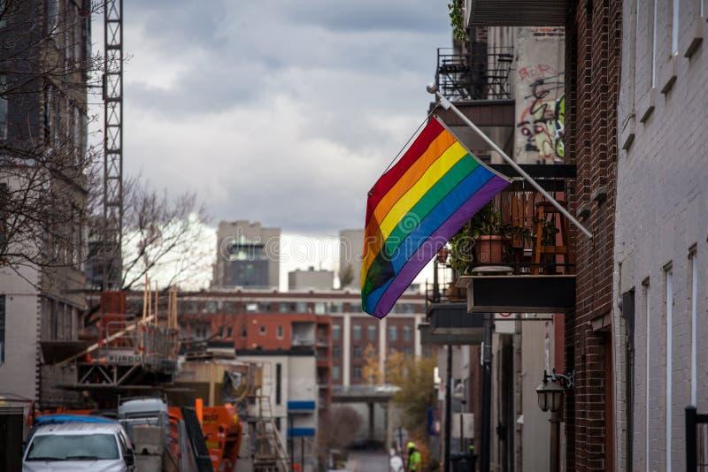 Rainwbow homoseksualisty flagi obwieszenie w Le Wioska homoseksualny okręg centrum miasta Montreal, Quebec zdjęcie stock