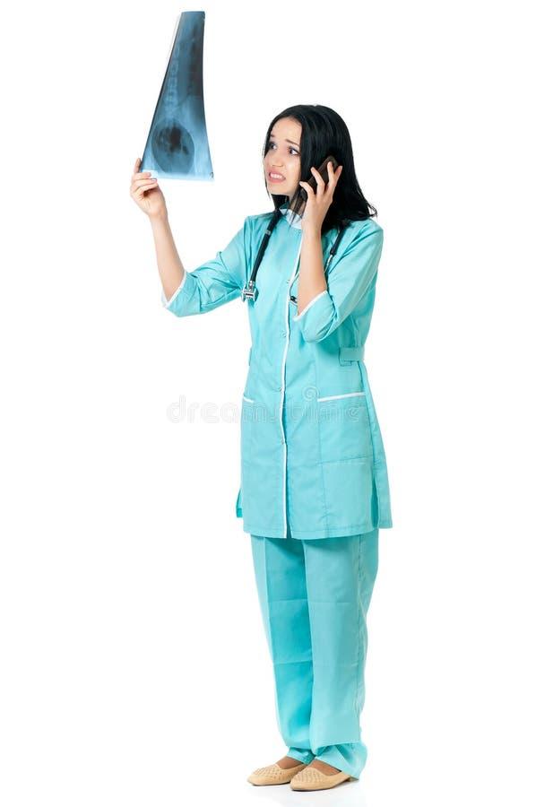 Raio X de exame do doutor fêmea imagens de stock royalty free