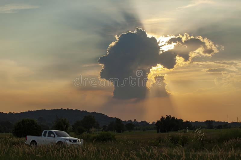 Raio de luz surpreendente da nuvem principal humana e do sol da forma no tha do saraburi imagem de stock royalty free